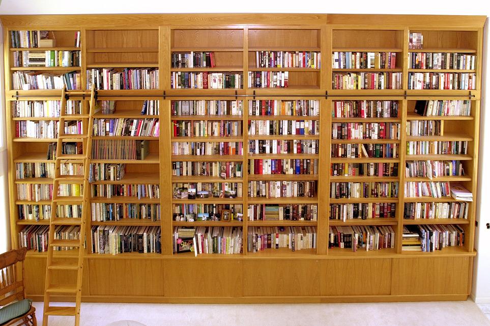 Корпусная и встроенная мебель для домашних библиотек.